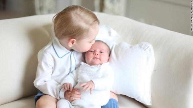 超かわいい! 英国・シャーロット王女を抱っこするジョージ王子